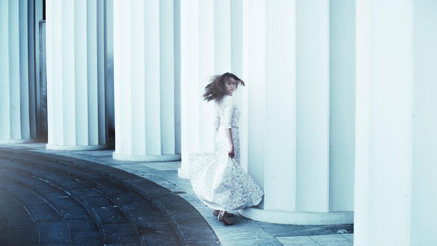 フリー写真 柱とドレス姿で振り返る外国人女性