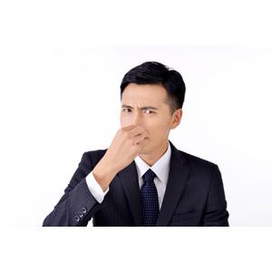 フリー写真, 人物, 男性, アジア人男性, 日本人, 男性(00016), 職業, 仕事, ビジネス, ビジネスマン, サラリーマン, メンズスーツ, 鼻をつまむ, 臭い