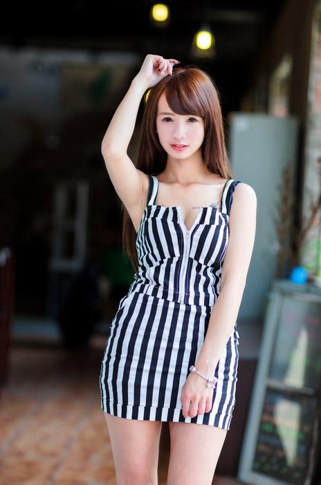 フリー写真 ストライプ柄の衣装の女性