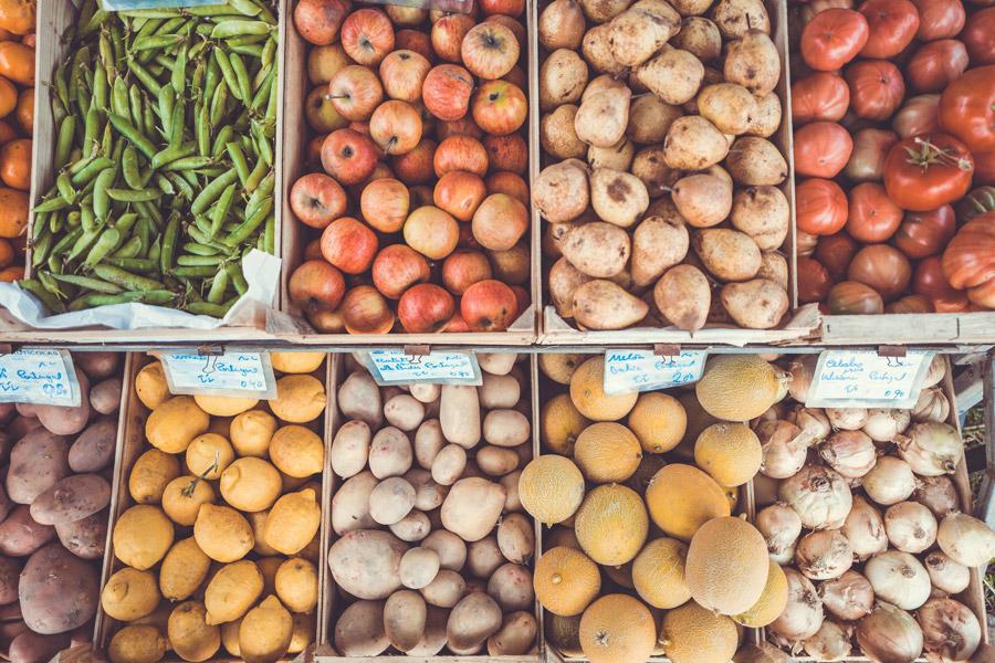 フリー写真 ポルトガルで売られている野菜と果物