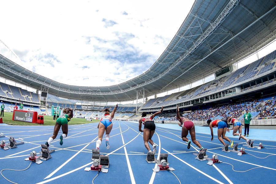 フリー写真 一斉にスタートする女子100メートル走の選手たち