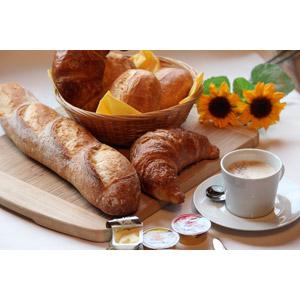 フリー写真, 食べ物(食料), パン, クロワッサン, フランスパン, 朝食, バター, マーガリン, 飲み物(飲料), コーヒー(珈琲)
