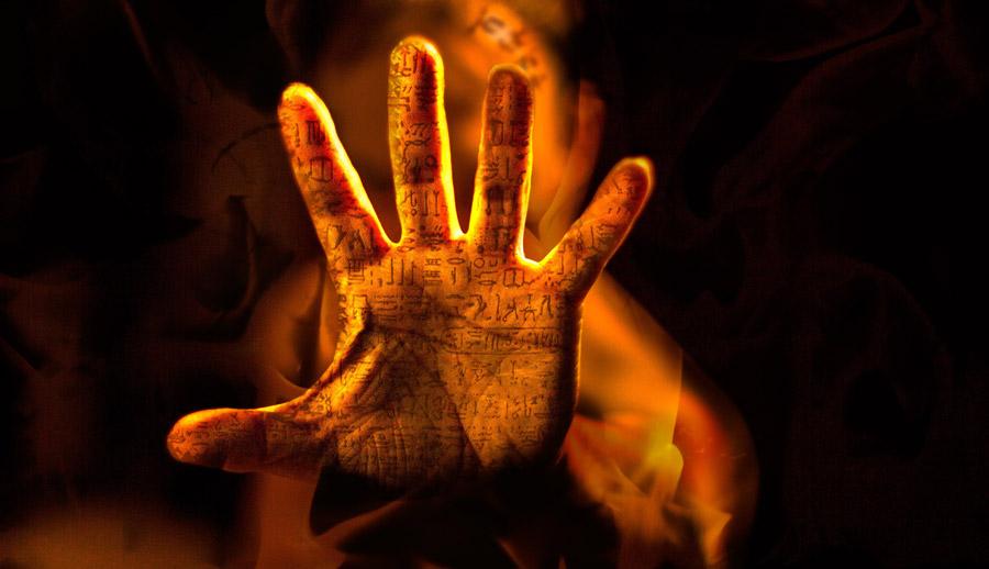 フリー写真 ヒエログリフが刻まれた手