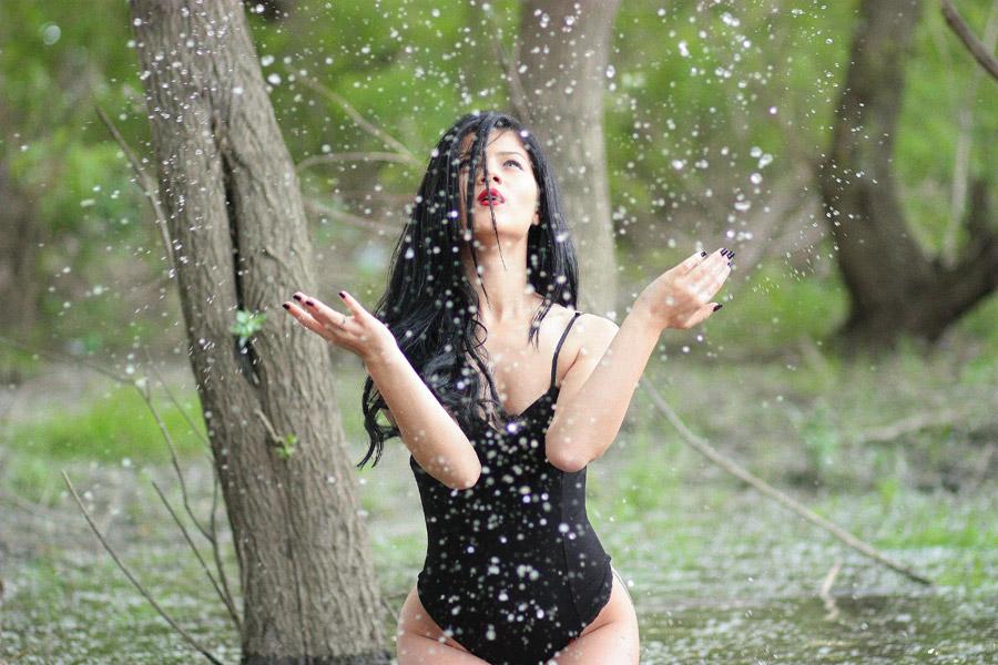 フリー写真 沼に入って水しぶきを上げる女性