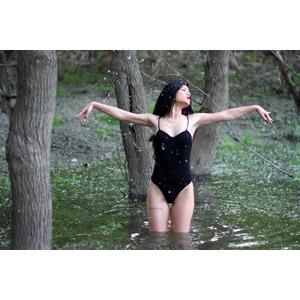 フリー写真, 人物, 女性, 外国人女性, ルーマニア人, 女性(00215), 水着, ワンピース(水着), 入浴, 手を広げる, 水しぶき