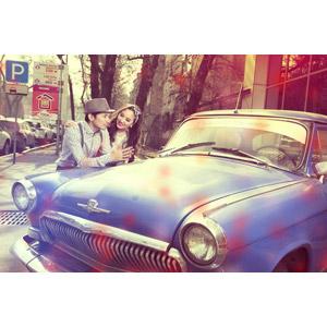 フリー写真, 人物, カップル, 恋人, 二人, 肩に手を置く, 人と乗り物, 乗り物, 自動車, クラシックカー