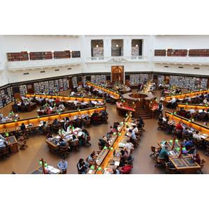 フリー写真, 風景, 建造物, 建築物, 図書館, ビクトリア州立図書館, 人と風景, 勉強(学習), 人込み(人混み), オーストラリアの風景, メルボルン