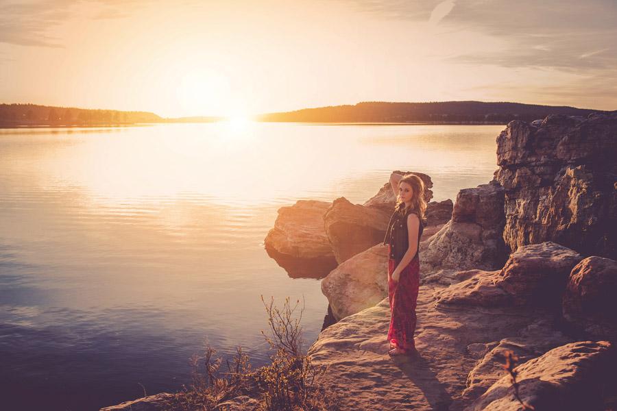フリー写真 夕日と湖の風景と外国人女性