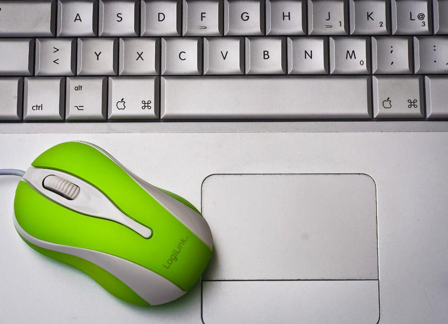 フリー写真 ノートパソコンとマウス