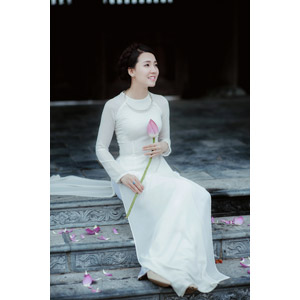 フリー写真, 人物, 女性, アジア人女性, 女性(00051), ベトナム人, アオザイ, 人と花, 蓮(ハス), 座る(階段), 花びら