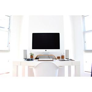フリー写真, パソコン(PC), ディスプレイ(モニタ), 液晶ディスプレイ, アップル(Apple), 机(デスク), 風景, 部屋, 白色(ホワイト), スピーカー