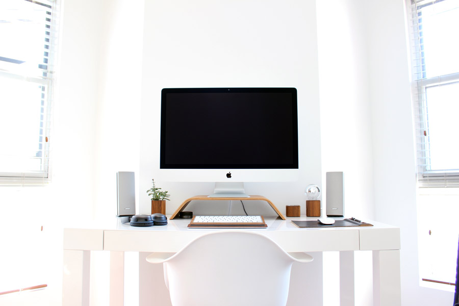 フリー写真 パソコンが置かれた白い部屋の風景