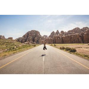 フリー写真, 人物, 女性, 外国人女性, 人と風景, 道路, 岩山, 跳ぶ(ジャンプ), ヨルダンの風景