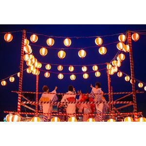 フリー写真, 年中行事, お祭り, 盆踊り, やぐら, 提灯, 8月, 踊る(ダンス), 浴衣, 夜