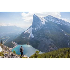 フリー写真, 人物, 男性, 外国人男性, 人と風景, 後ろ姿, 眺める, 山, 湖, アウトドア, 登山, カナダの風景
