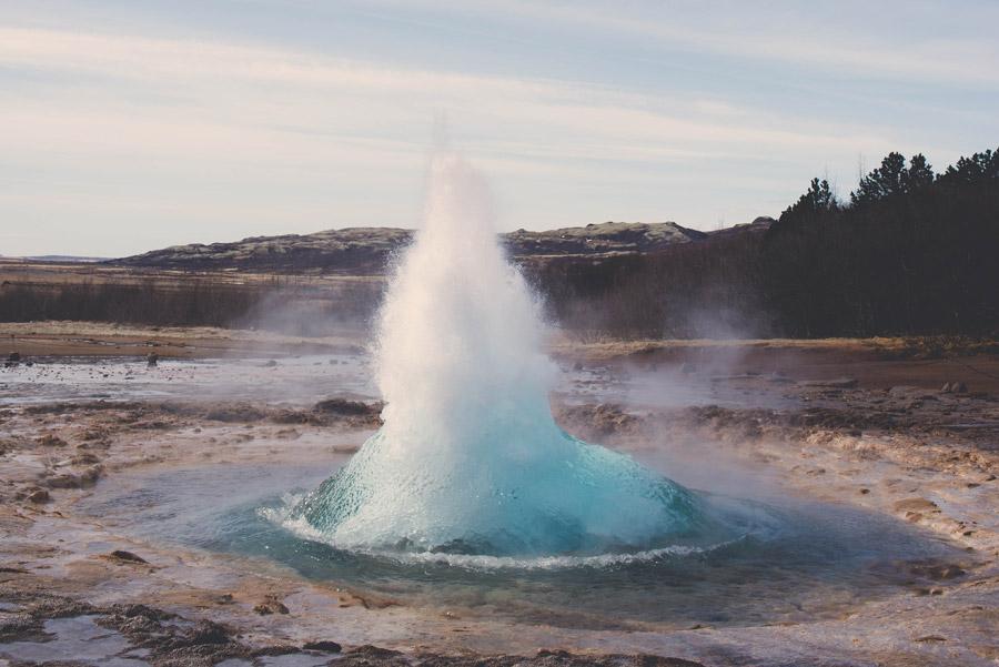 フリー写真 噴出する間欠泉の風景