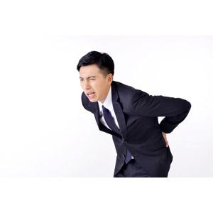 フリー写真, 人物, 男性, アジア人男性, 日本人, 男性(00016), 職業, 仕事, ビジネス, ビジネスマン, サラリーマン, メンズスーツ, 腰痛, 痛い, 腰に手を当てる, ぎっくり腰, 白背景