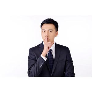 フリー写真, 人物, 男性, アジア人男性, 日本人, 男性(00016), 職業, 仕事, ビジネス, ビジネスマン, サラリーマン, メンズスーツ, しーっ(静かに), 秘密(内緒), 白背景