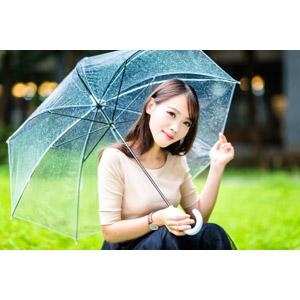 フリー写真, 人物, 女性, アジア人女性, 中国人, 女性(00173), しゃがむ, 傘