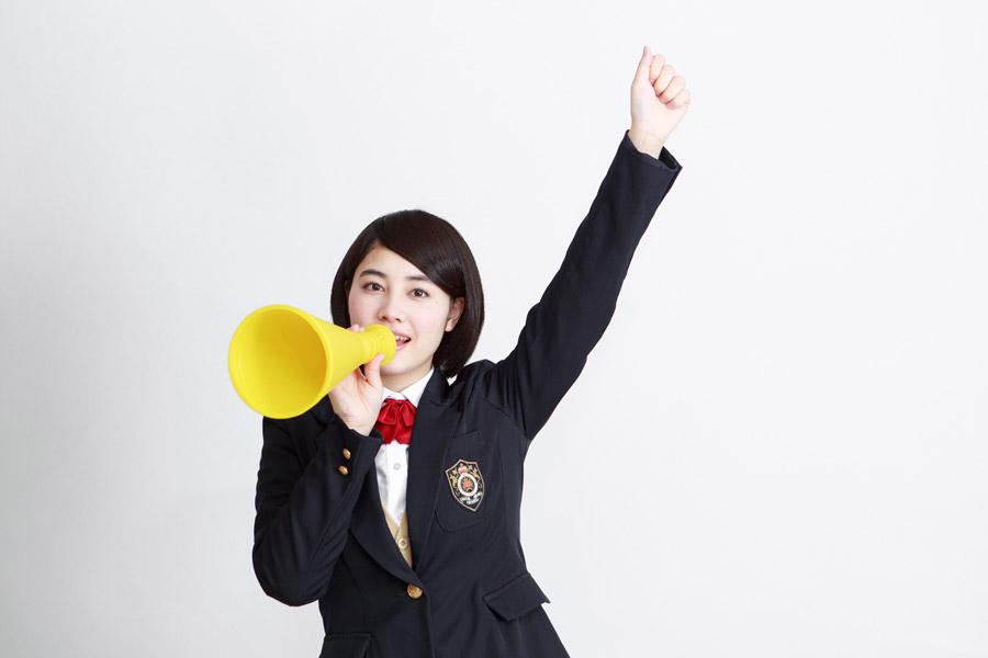 フリー写真 メガホンで応援している女子高生