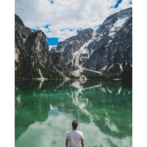 フリー写真, 風景, 岩山, アルプス山脈, ドロミテ(ドロミーティ), 湖, 人と風景, 人物, 男性, 後ろ姿, 眺める, イタリアの風景, 世界遺産