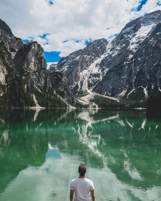 フリー写真 ドロミテのブライエス湖と男性の後ろ姿