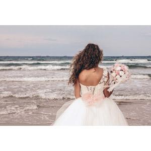 フリー写真, 人物, 女性, 外国人女性, 結婚式(ブライダル), ウェディングドレス, 花嫁(新婦), 人と花, ブーケ, 後ろ姿, 人と風景, 眺める, 海