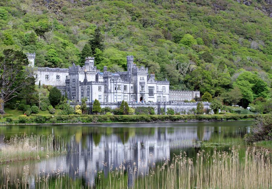 フリー写真 カイルモア修道院と湖の風景