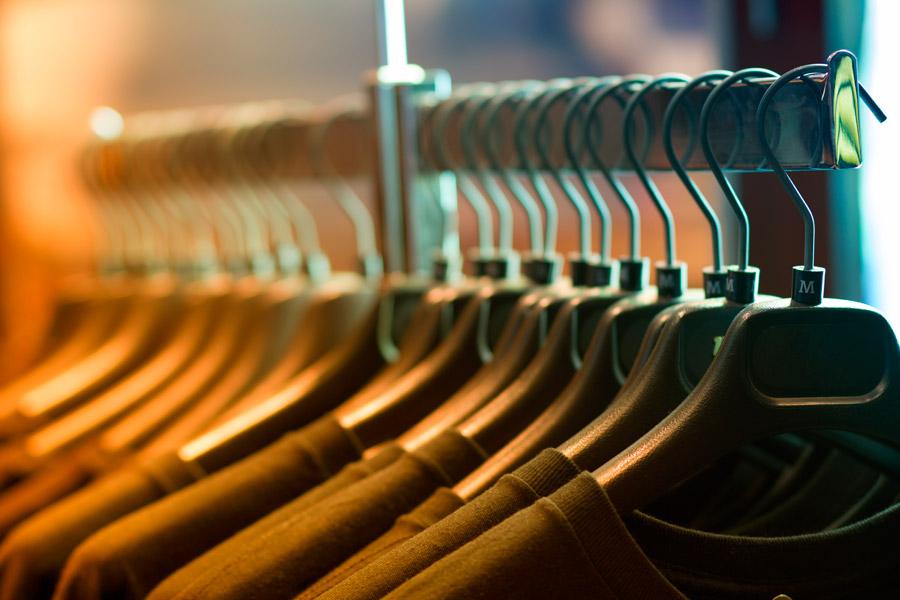 フリー写真 洋服店に並んでいる衣服
