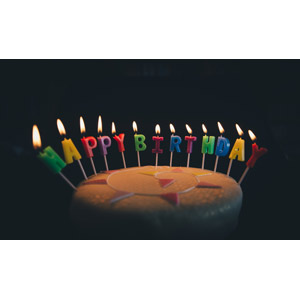 フリー写真, 背景, 誕生日(バースデー), ハッピーバースデー, ろうそく(ロウソク), 火(炎), 黒背景