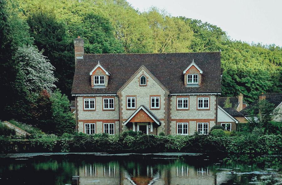 フリー写真 池の辺の家の風景