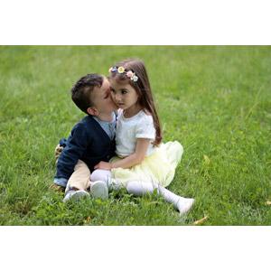 フリー写真, 人物, カップル, 子供, 女の子, 男の子, キス(口づけ), 愛(ラブ), 座る(地面), ルーマニア人