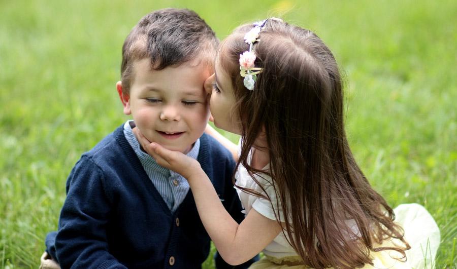 フリー写真 男の子にキスする女の子