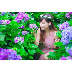 フリー写真, 人物, 女性, アジア人女性, DUDU(00216), 中国人, 人と花, 花, 花畑, 紫陽花(アジサイ), 目を閉じる, 匂いを嗅ぐ, 花冠, しゃがむ