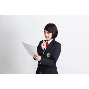 フリー写真, 人物, 少女, アジアの少女, 少女(00212), 学生(生徒), 学生服, 高校生, ブレザー制服, 白背景, テスト, 答案用紙