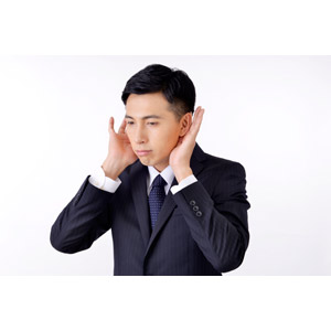 フリー写真, 人物, 男性, アジア人男性, 日本人, 男性(00016), 職業, 仕事, ビジネス, ビジネスマン, サラリーマン, メンズスーツ, 白背景, 耳を澄ます, 聞く