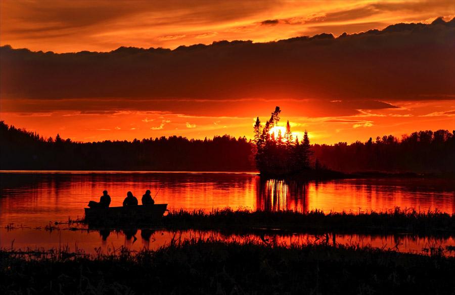 フリー写真 夕暮れの湖と三人の釣り人