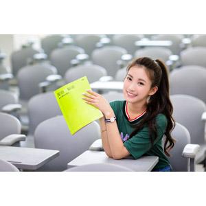 フリー写真, 人物, 女性, アジア人女性, 楚珊(00053), 中国人, 座る(椅子), 学生(生徒), 大学生, 専門学校生, 学校, 教室, ポニーテール