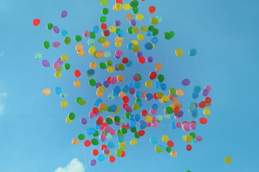 フリー写真 青空とカラフルな風船