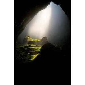 フリー写真, 風景, 洞窟, ソンドン洞窟, 太陽光(日光), 人と風景, 手を広げる, 歓喜, ベトナムの風景, 薄明光線