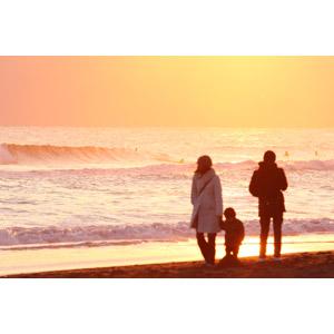 フリー写真, 人物, 家族, 親子, 父親(お父さん), 母親(お母さん), 子供, 手をつなぐ, 人と風景, 夕暮れ(夕方), 夕焼け, ビーチ(砂浜), 海