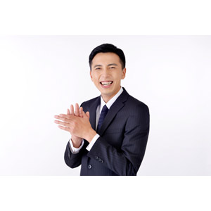 フリー写真, 人物, 男性, アジア人男性, 日本人, 男性(00016), 職業, 仕事, ビジネス, ビジネスマン, サラリーマン, メンズスーツ, 白背景, 拍手, 笑う(笑顔)