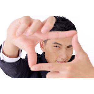 フリー写真, 人物, 男性, アジア人男性, 日本人, 男性(00016), 職業, 仕事, ビジネス, ビジネスマン, サラリーマン, メンズスーツ, 白背景, 手でフレームを作る, 覗く