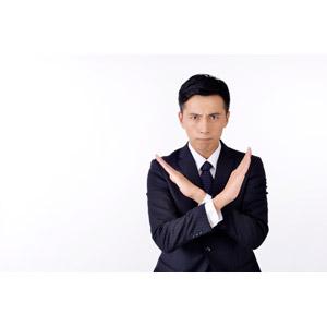 フリー写真, 人物, 男性, アジア人男性, 日本人, 男性(00016), 職業, 仕事, ビジネス, ビジネスマン, サラリーマン, メンズスーツ, 白背景, バツ印, 間違い, 拒否, 禁止(ダメ)