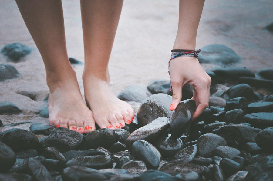 フリー写真 海岸の石を拾う女性
