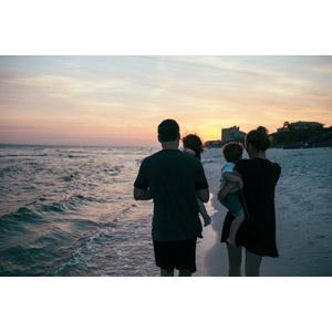 フリー写真, 人物, 家族, 親子, 父親(お父さん), 母親(お母さん), 子供, 人と風景, 海, ビーチ(砂浜), 夕暮れ(夕方), 夕焼け