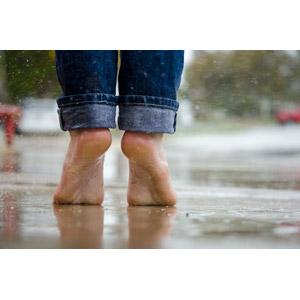フリー写真, 人体, 足, つま先立ち, 雨