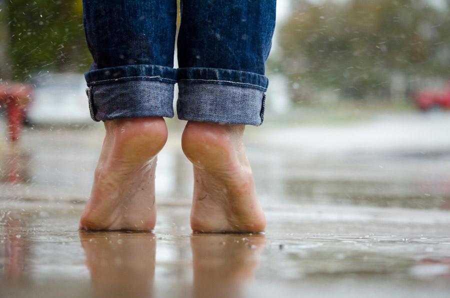 フリー写真 雨の中つま先立ちしている足