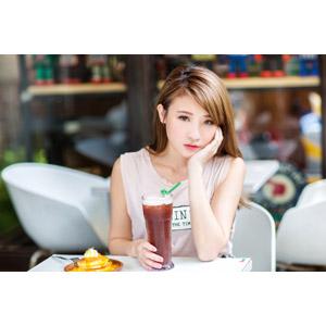 フリー写真, 人物, 女性, アジア人女性, 中国人, 孫佳歆(00221), 飲み物(飲料), 頬杖をつく