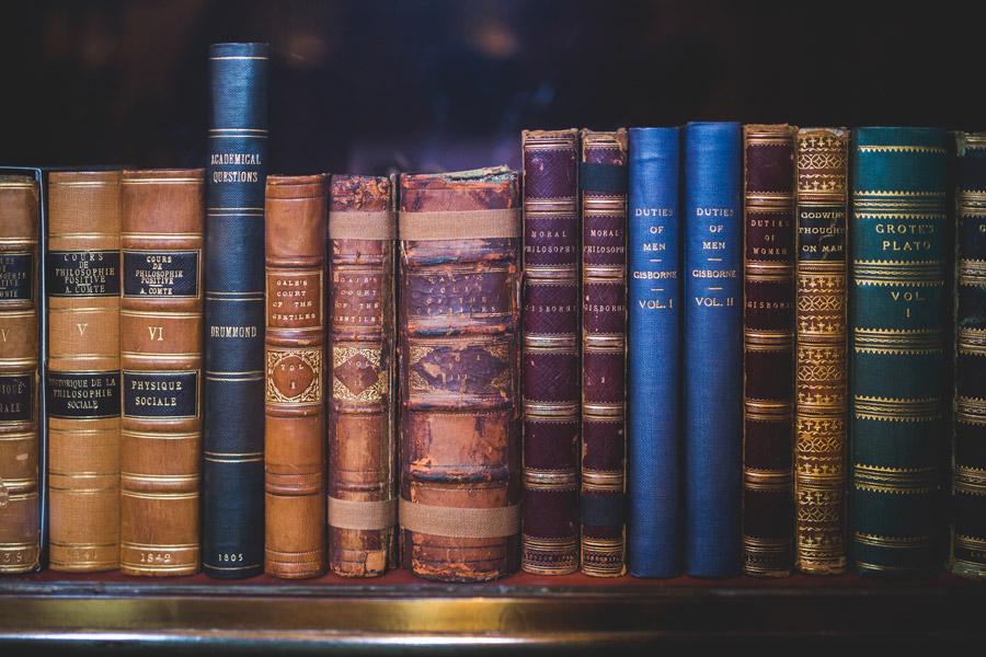 フリー写真 並んだ図書館の古い本